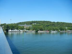 駅を出てすぐの川の上から見える美術館