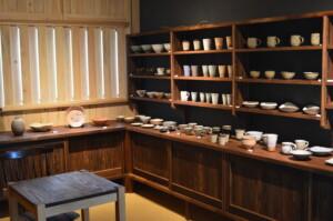萩焼屋の内装です。 落ち着いた色の漆喰に、温かみのある土間を用いました。